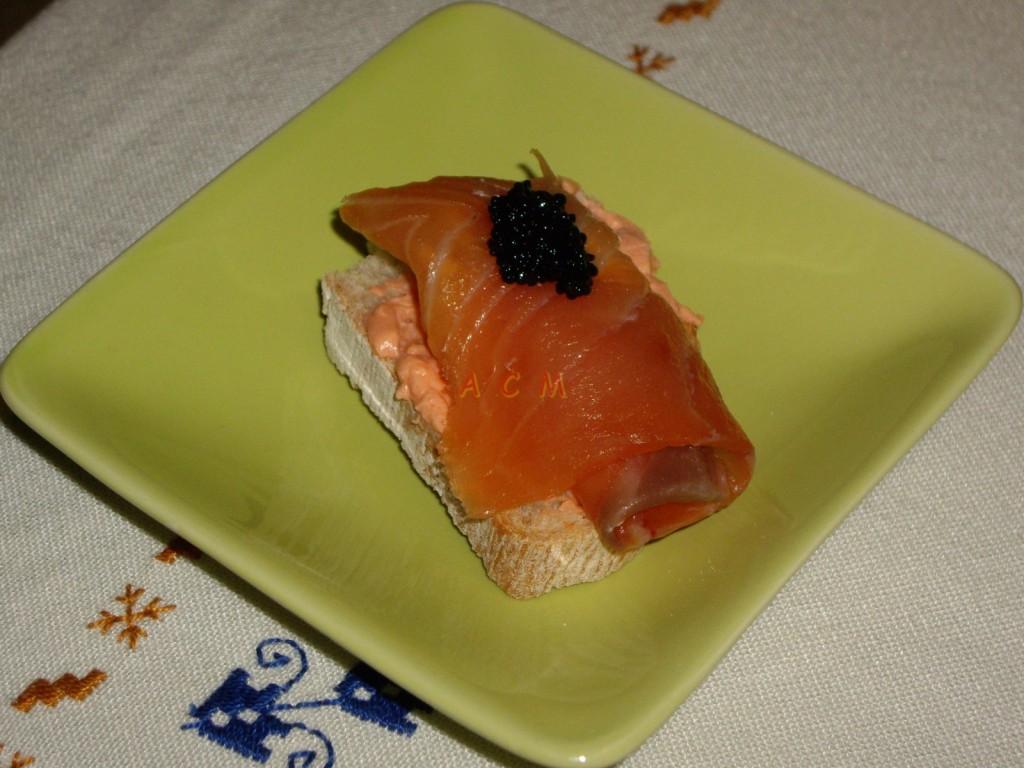 Aperitivo de salmón ahumado.